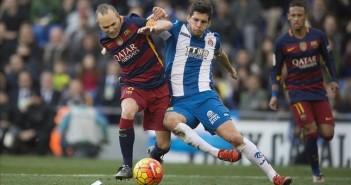 Cornella El Prat     02 01 2016       Iniesta y Javi Lopez disputan un balon     durante  el partido de liga entre el Espanyol y el FC Barcelona    Fotografia de Jordi Cotrina