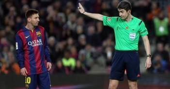 el-arbitro-espanol-undiano-mallenco-d-en-un-partido-arbitrado-al-barcelona-la-pasada-campana-junto-a-leo-messi-twitter