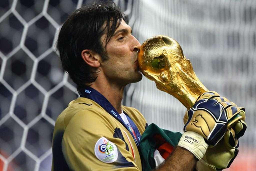 2006-Buffon-bacia-la-Coppa-1024x684