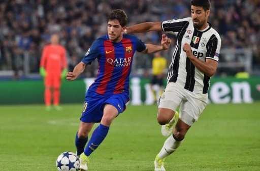 Barcelona's midfielder Sergi Roberto (L) vies with Juventus' midfielder from Germany Sami Khedira during the UEFA Champions League quarter final first leg football match Juventus vs Barcelona, on April 11, 2017 at the Juventus stadium in Turin.  / AFP PHOTO / GIUSEPPE CACACE
