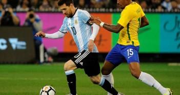 Paulinho-marcando-Messi-Argentina-Brasil-junio_OLEIMA20170813_0065_15
