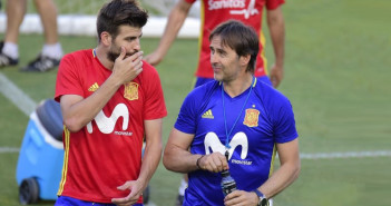 Spain s defender Gerard Pique speaks with Spain s coach Julen Lopetegui  R  during the training session at the New Condomina stadium in Murcia on June 6  2017 on the eve of their friendly match against Colombia    AFP PHOTO   JOSE JORDAN