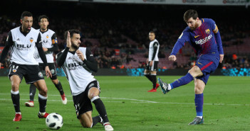 Soccer Football - Spanish King's Cup Semi Final First Leg - FC Barcelona vs Valencia - Camp Nou, Barcelona, Spain - February 1, 2018   Barcelona's Lionel Messi shoots at goal                   REUTERS/Albert Gea - RC1FDA4BED80
