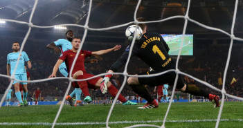 Soccer Football - Champions League Quarter Final Second Leg - AS Roma vs FC Barcelona - Stadio Olimpico, Rome, Italy - April 10, 2018   Roma's Edin Dzeko scores their first goal       REUTERS/Alessandro Bianchi - RC1D59E929E0