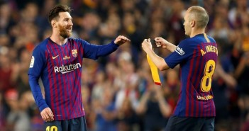 GRAF1732. BARCELONA, 20/05/2018.- El capitán del FC Barcelona Andrés Iniesta (d) se retira del terreno de juego, durante el partido de la última jornada de Liga en Primera División ante la Real Sociedad que disputan esta noche en el Camp Nou, en Barcelona. EFE/ Enric Fontcuberta