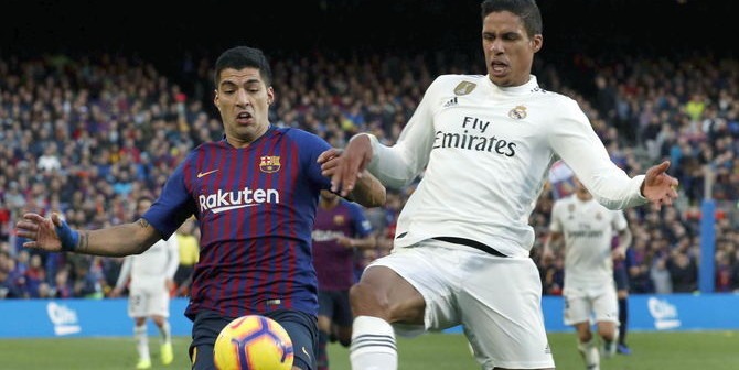 GRAF7005. Barcelona (Spain), 28/10/2018.- FC Barcelona's Luis Suarez (L) in action against Real Madrid's Raphael Varane during a Spanish LaLiga soccer match between FC Barcelona and Real Madrid at the Camp Nou stadium in Barcelona, north eastern Spain, 28 October 2018. (España) EFE/EPA/TONI ALBIR