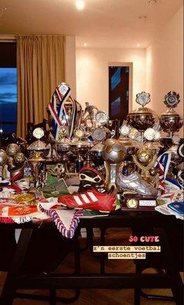 La novia de De Jong exhibe todos sus trofeos
