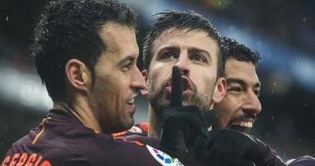 Cornella El Prat  04 02 2018   Deportes       Pique  entre Busquets y Suarez   manda callar  al publico perico tras empatar a uno con un gol de cabeza  durante el partido de liga entre el  RCD Espanyol y el FC Barcelona   Fotografia de Jordi Cotrina