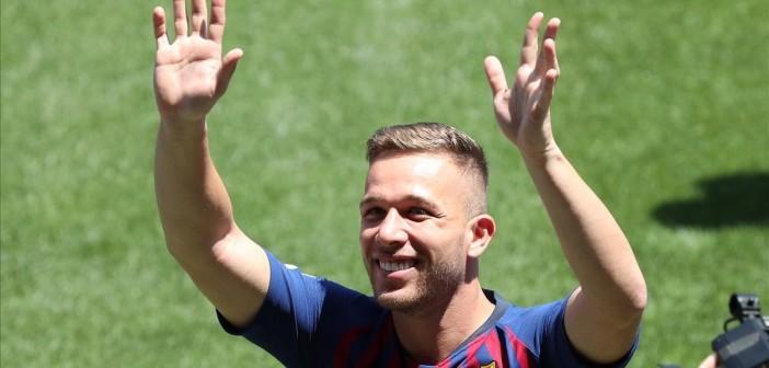 Soccer Football - FC Barcelona s Arthur Melo Presentation - Camp Nou  Barcelona  Spain - July 12  2018     Barcelona s Arthur Melo gestures to fans during the presentation   REUTERS Albert Gea