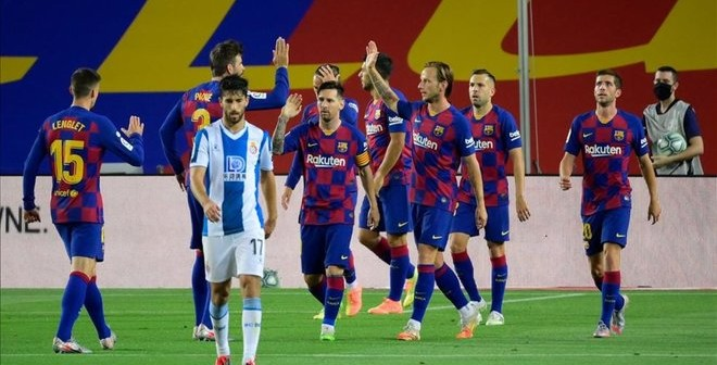 los-jugadores-del-barca-celebran-gol-suarez-1594244239390