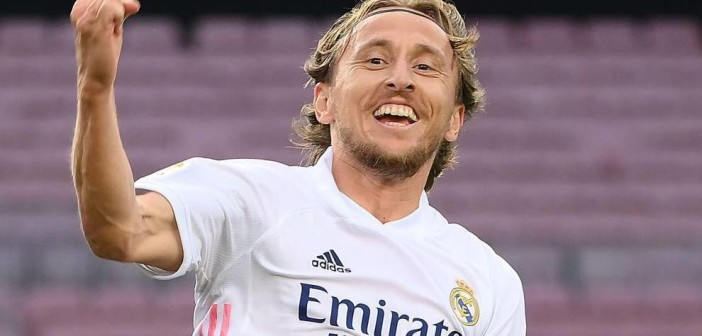 TOPSHOT - Real Madrid's Croatian midfielder Luka Modric celebrates after scoring a goal during the Spanish League football match between Barcelona and Real Madrid at the Camp Nou stadium in Barcelona on October 24, 2020. (Photo by LLUIS GENE / AFP)